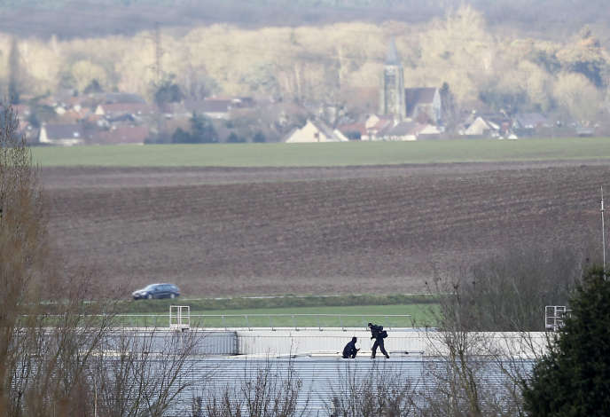 Tireurs d'élite sur un toit proche de l'imprimerie de Dammartin-en-Goële (Seine-et-Marne), où se réfugiaient alors les frères Kouachi, vendredi 9 janvier.