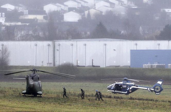 Des hélicoptères de l'armée et de la police à Dammartin vendredi 9 janvier, lors de la traque des frères Kouachi.