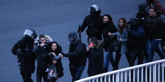 Assaut des forces de l'ordre et libération des otages qui se trouvaient dans le supermarché casher à la porte de Vincennes à Paris, le 9 janvier 2015.