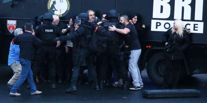 Assaut des forces de l'ordre et libération des otages qui se trouvaient dans le supermarché casher porte de Vincennes à Paris, le 9 janvier 2015.