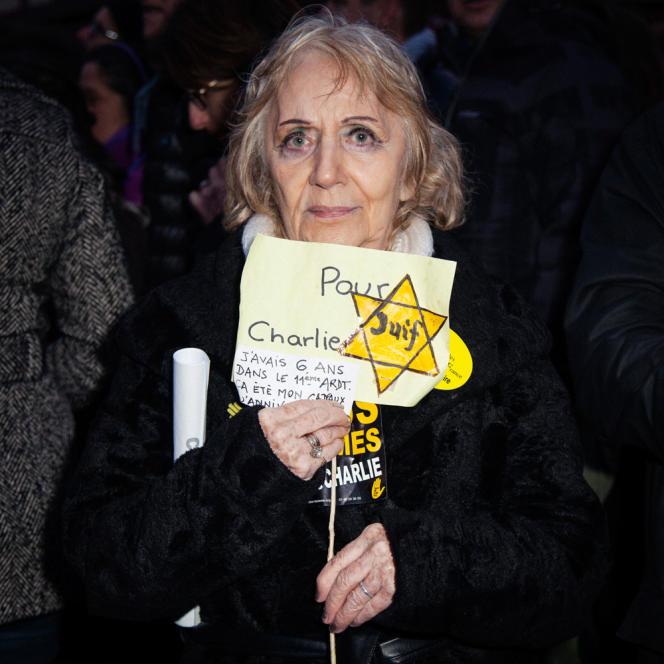 Renée Borycki, 79 ans, brandit l'étoile jaune qu'elle avait reçue à Paris lorsqu'elle avait 6 ans.