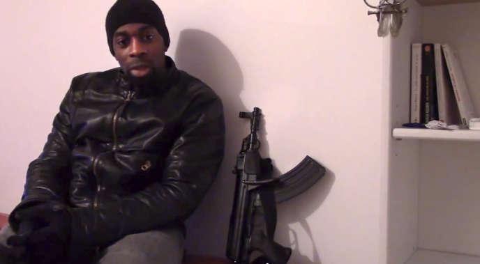 Amedy Coulibaly, l'auteur des attaques à Paris qui ont fait cinq morts, dans une vidéo diffusée dimanche11janvier.