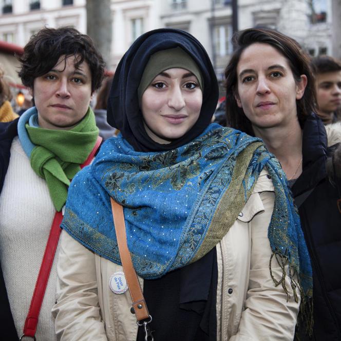 MARCHE CHARLIE 11/01/2015 Yousra Haddouche entourée de ses deux professeurs de français, à sa gauche Mathilde Levesque et à sa droite Marion Alline.