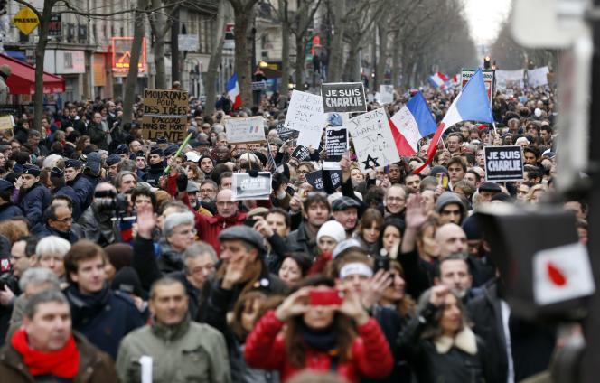 Des manifestants brandissent des pancartes