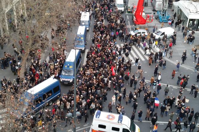 Des cars de police sont applaudis place de la République, le 11janvier.