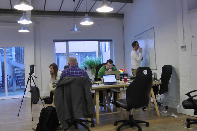 Loin de s'apparenter à de simples espaces de bureaux partagés, les espaces de coworking offrent un type d'organisation du travail qui permet de partager un réseau de travailleurs encourageant l'échange et l'ouverture.