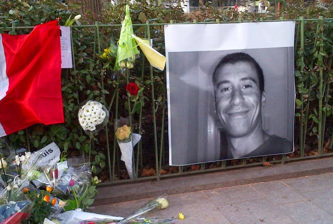 Boulevard Richard Lenoir à Paris, le portrait de Ahmed Merabet, l'un des trois policiers morts durant les attaques de Charlie Hebdo et de Montrouge (Hauts-de-Seine) .