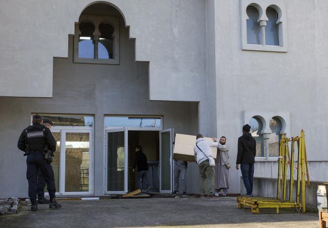 La gendarmerie protège la mosquée de Poitiers, après une tentative d'incendie, le 12 janvier.