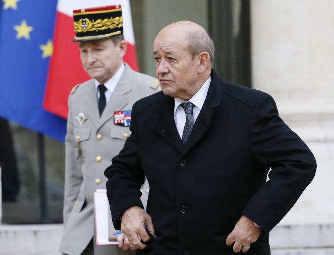 Le ministre de la défense Jean-Yves Le Drian sort de l'Elysée après une réunion sur la sécurité intérieure, lundi 12 janvier.