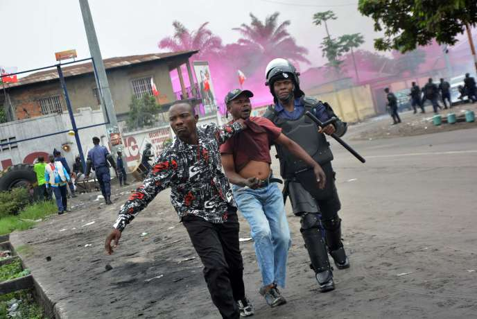 Un manifestant est interpellé lors des manifestations de l'opposition qui se sont tenues les 11 et 12 janvier à Kinshasa.
