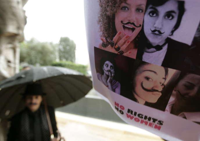 Une femme libanaise habillée en homme lors d'une manifestation contre les inégalités de genre au Liban en 2011.