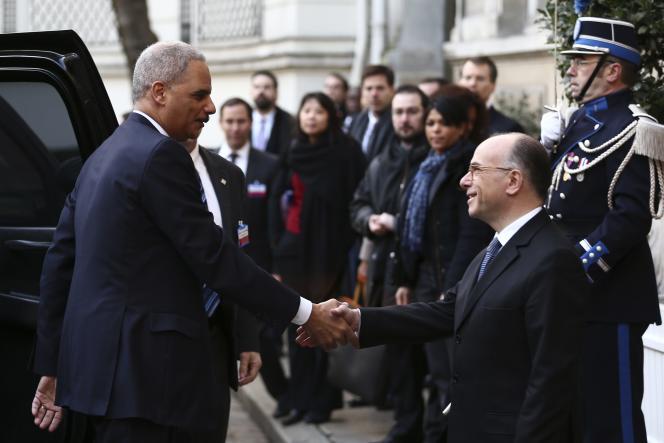 Eric Holder, le ministre de la justice américain, et Bernard Cazeneuve, le ministre français de l'intérieur, dimanche.