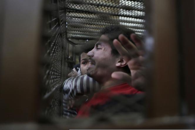 A l'annonce du verdict par le tribunal correctionnel du Caire, les 26 hommes, placés dans le box grillagé des accusés, ont laissé éclater leur joie, criant « Dieu est grand ».