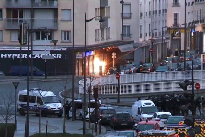 Lors de l'assaut des brigades rapides d'intervention (BRI) pendant la prise d'otages dans un magasin casher près de la porte de Vincennes, le 9 janvier.