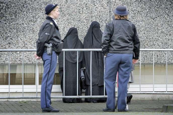 En décembre 2005, quatorze islamistes présumés, dont le meurtrier du cinéaste Theo van Gogh, sont jugés dans un tribunal d'Amsterdam, pour appartenance à une organisation terroriste.
