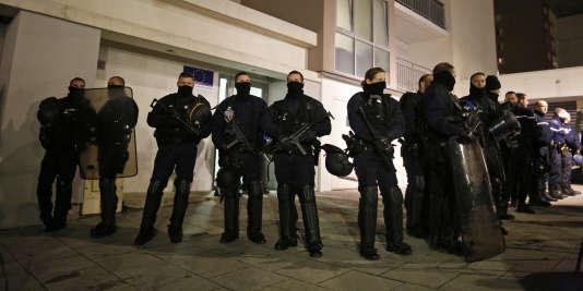 """La police à Reims, le 8 janvier, au lendemain de l'attentat contre """"Charlie Hebdo""""."""