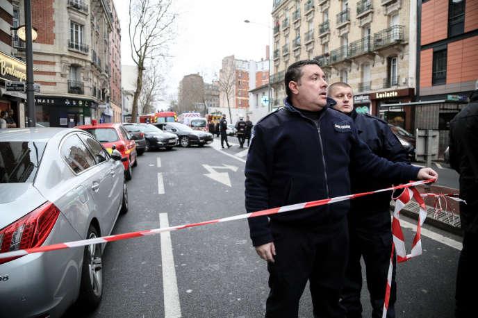 Avenue Pierre Brossolette à Malakoff, le 8 janvier. Les lieux sont bouclés par la police après une fusillade, au lendemain de l'attentat contre Charlie Hebdo.