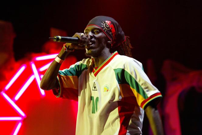 L'un des chanteurs du groupe de rap sénégalais Positive Black Soul en concert à Dakar en mars 2005.
