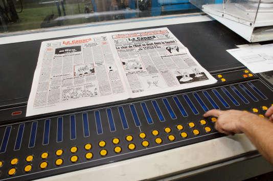 """Un technicien vérifie le contraste des couleurs lors de l'impression du """"Canard enchaîné"""", au Centre d'impression de la Presse parisienne, en 2003."""