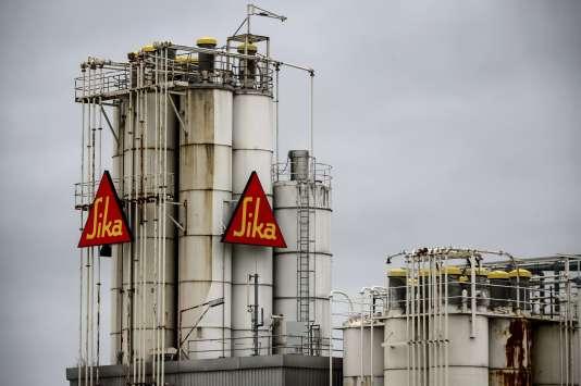 La fondation Bill & Melinda Gates, qui gère la fortune du fondateur de Microsoft, a annoncé, lundi 13 juillet, avoir porté plainte à l'encontre du propriétaire du chimiste suisse Sika, Urs Burkard, pour empêcher la vente du groupe helvétique au français Saint-Gobain.