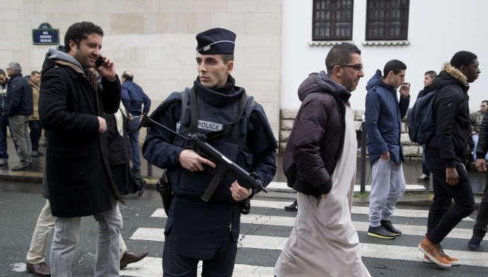 A la Grande Mosquée de Paris, les futurs imams ont notamment voulu rappeler que les musulmans n'avaient pas « à s'excuser » des crimes commis la semaine dernière à Paris.