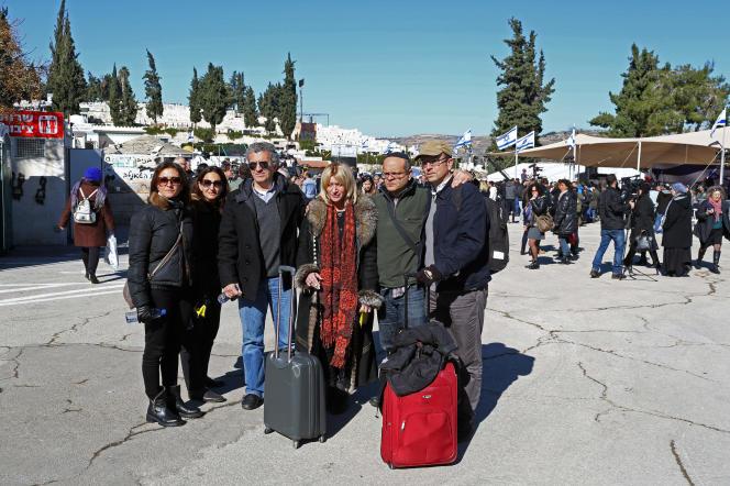 Les familles des victimes à leur arrivée à Jérusalem, pour les funérailles.