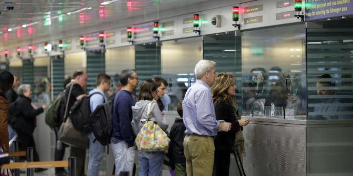 Contrôles d'identité à l'arrivée à l'aéroport Roissy-Charles-de-Gaulle, enavril2014.