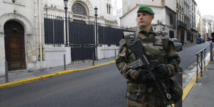 Un soldat devant une synagogue, le 13 janvier à Marseille.