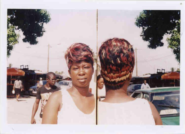 « Une fois leurs photos développées au laboratoire [les photographes ivoiriens]  tentent de les vendre entre 75 centimes et 1 dollar aux coiffeuses pour illustrer leur book. Pour économiser un peu, ils tirent deux perspectives de la même coiffure par impression. » En photo : Anonyme