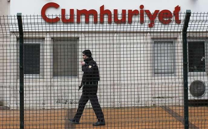 Un agent de sécurité privé surveille les locaux du quotidien «Cumhuriyet», à Istanbul, le 14 janvier 2015.