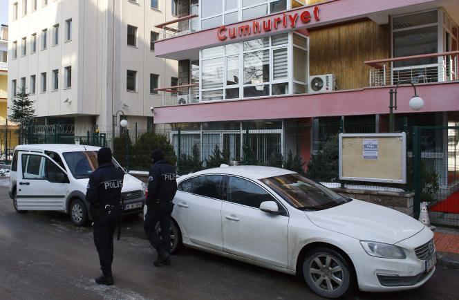 Des policiers antiémeute ont été déployés devant les médias turcs à Ankara et Istanbul pour éviter les incidents. Ici devant les locaux de «Cumhuriyet» mercredi14janvier.