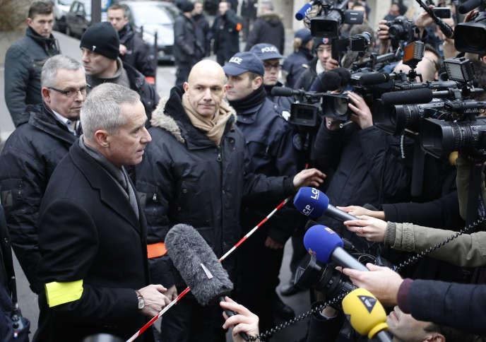 Le procureur de la République de Paris, François Molins, devant les locaux de Charlie Hebdo après l'attentat perpétré par les frères Kouachi.