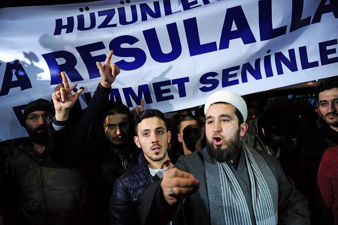 Des manifestants protestent à Istanbul à l'extérieur du quotidien «Cumhuriyet» mercredi14 janviersous une banderole où est écrit: «Prophète bien aimé, ne soyez pas en colère, les musulmans sont avec vous».