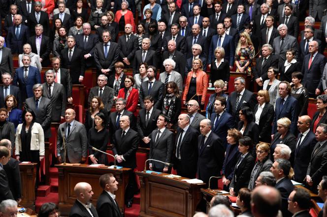 Les députés observent une minute de silence en hommage aux victimes des attentats avant le discours du premier ministre Manuel Valls sur la poursuite de l'engagement des forces armées françaises en Irak, le 13 janvier 2015