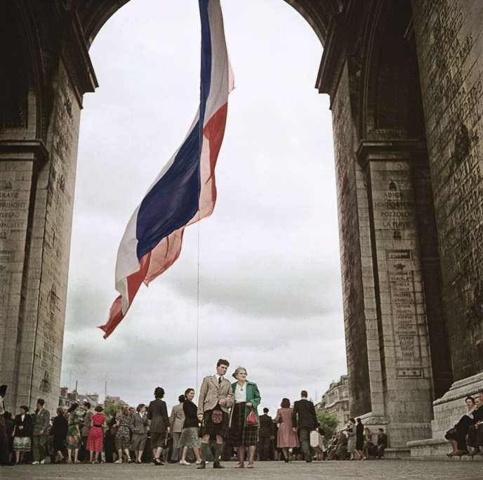Paris vu par les photographes de Magnum : l'Arc de Triomphe capturé en 1952 par Robert Capa.