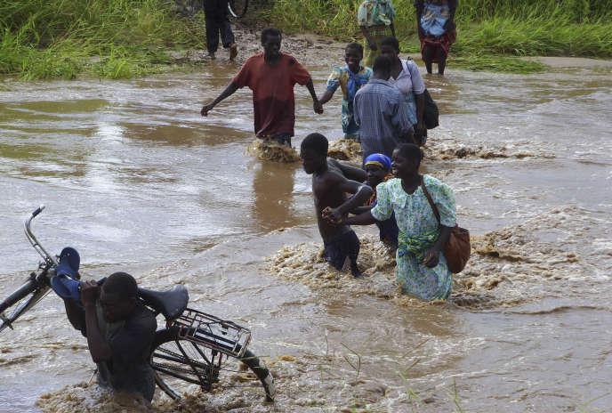 Des habitants du Malawi contraints de quitter leurs foyers à la suite d'inondations, en janvier 2008.