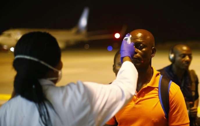 Contrôle de température à l'aéroport de Bata, en Guinée équatoriale, le 14 janvier.