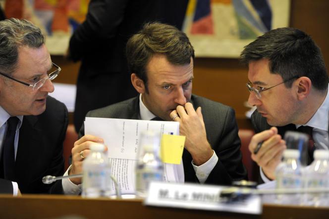La commission des finances de l'Assemblée nationale reçoit le ministre de l'économie Emmanuel Macron, le 15 janvier. Richard Ferrand député PS rapporteur général de la commission des finances, Emmanuel Macron et Emmanuel Lacresse conseiller du ministre.