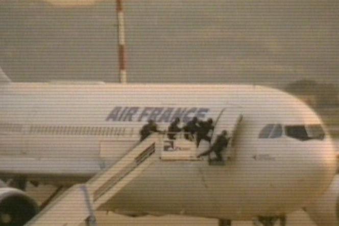 Des gendarmes entrent dans l'avion d'Air France occupé par des terroristes, en 1994.