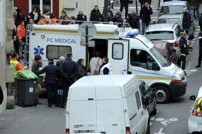 Evacuation en ambulance des voisins ou témoins choqués après l'attentat contre la rédaction du journal