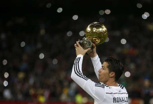 Cristiano Ronaldo brandit son Ballon d'or avant la rencontre de Coupe du roi contre l'Atlético Madrid, le 15 janvier 2015.