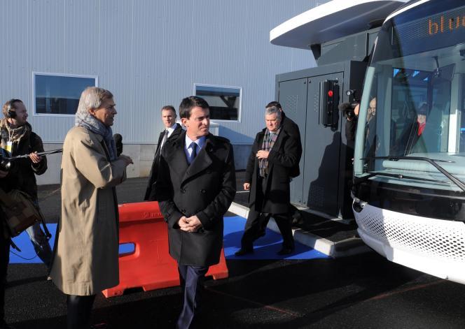 Le vendredi 16 janvier, Manuel Valls et Vincent Bolloré visitent l'usine du nouveau tramway électrique  à Ergue-Gaberic dans le Finistère, près de Quimper.