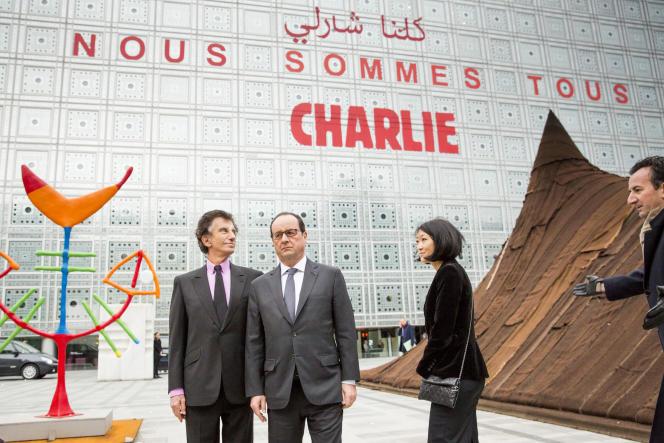Jack Lang, François Hollande et Fleur Pellerin devant la façade de l'Institut du monde arabe à Paris, le 15 janvier 2015.