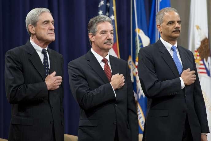 De gauche à droite, Robert Mueller, directeur du FBI, le procureur général Eric Holder et le  le procureur général adjoint, James Cole.