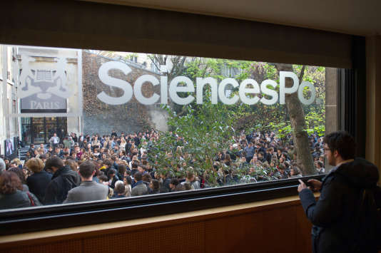 Students pay tribute on April 4, 2012 at the Sciences Po political science university headquarters in Paris to Richard Descoings, director of the Paris Institute and chief administrator of the National Foundation of Political Science (FNSP) who was found dead in his hotel room on April 3, 2012 in New York. AFP PHOTO BERTRAND LANGLOIS