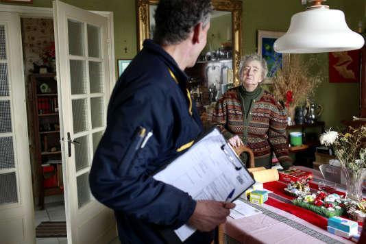 Les facteurs vont désormais devoir rendre visites aux personnes âgées qui souscrivent au service payant de LaPoste.