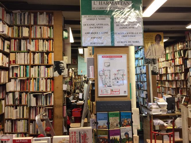 L'intérieur de la librairie L'Harmattan, rue des Ecoles, à Paris, décembre 2014.