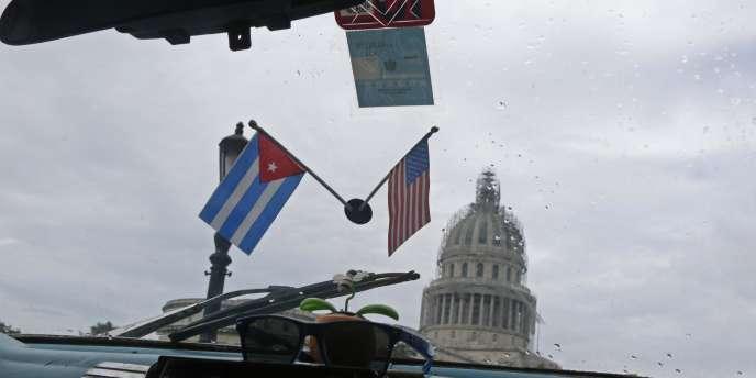 Vue de l'Académie des sciences cubaine depuis l'intérieur d'un taxi collectif, à La Havane le 16 janvier.