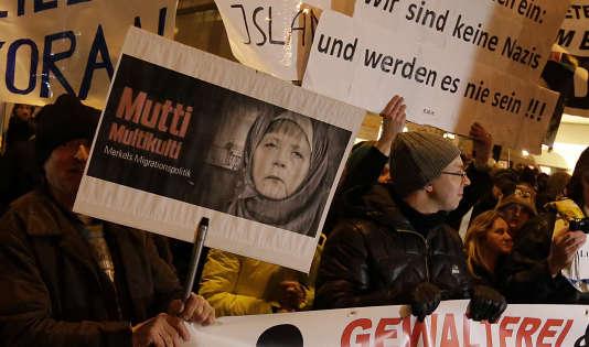 Des membres du mouvement populiste de droite Pegidamanifestent contre la politique de migration d'Angela Merkel, à Munich, le 19 janvier 2015.