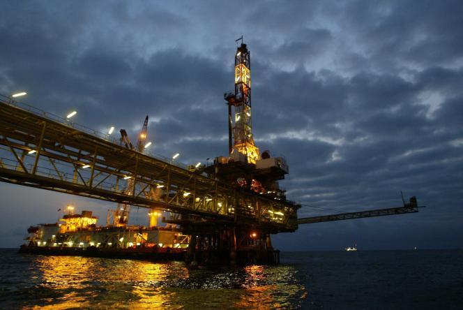 Plateforme pétrolière en Angola, le 14 octobre 2003.